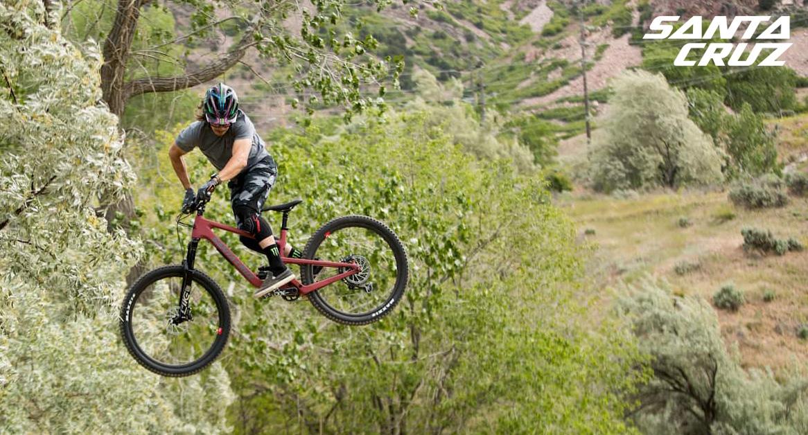 Ciclista esegue un'acrobazia con la sua mountain bike Santa Cruz 5010
