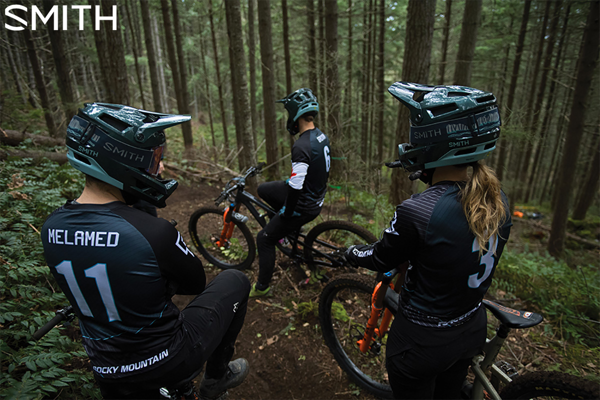 Persone in sella alle loro mountainbike indossano il casco Smith Mainline 2020