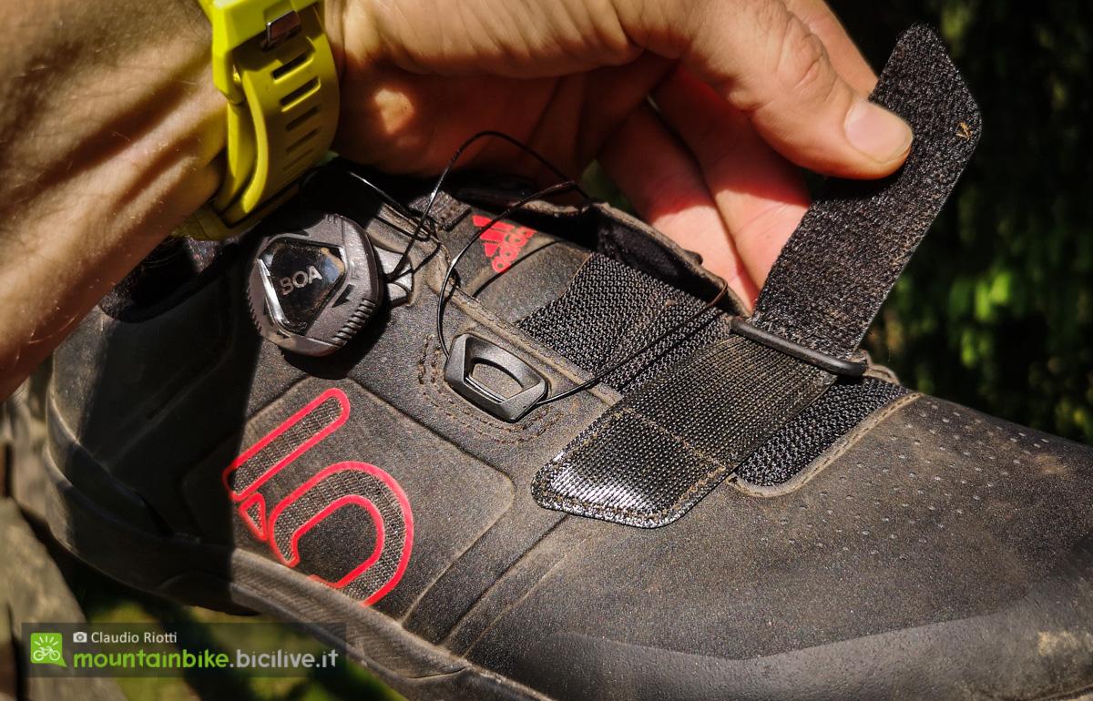 Foto della chiusura in velcro sulla parte bassa del piede