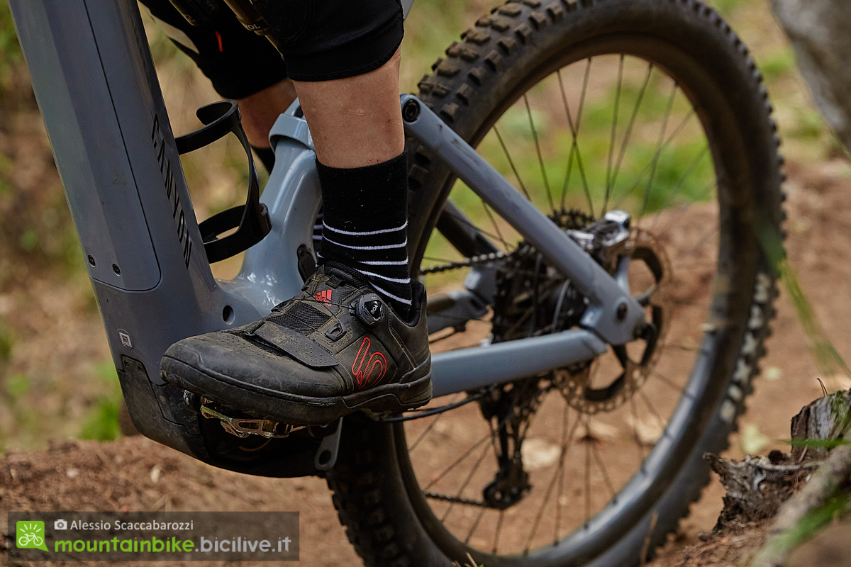 foto di un rider con indosso le scarpe Fiveten Kestrel Pro BOA
