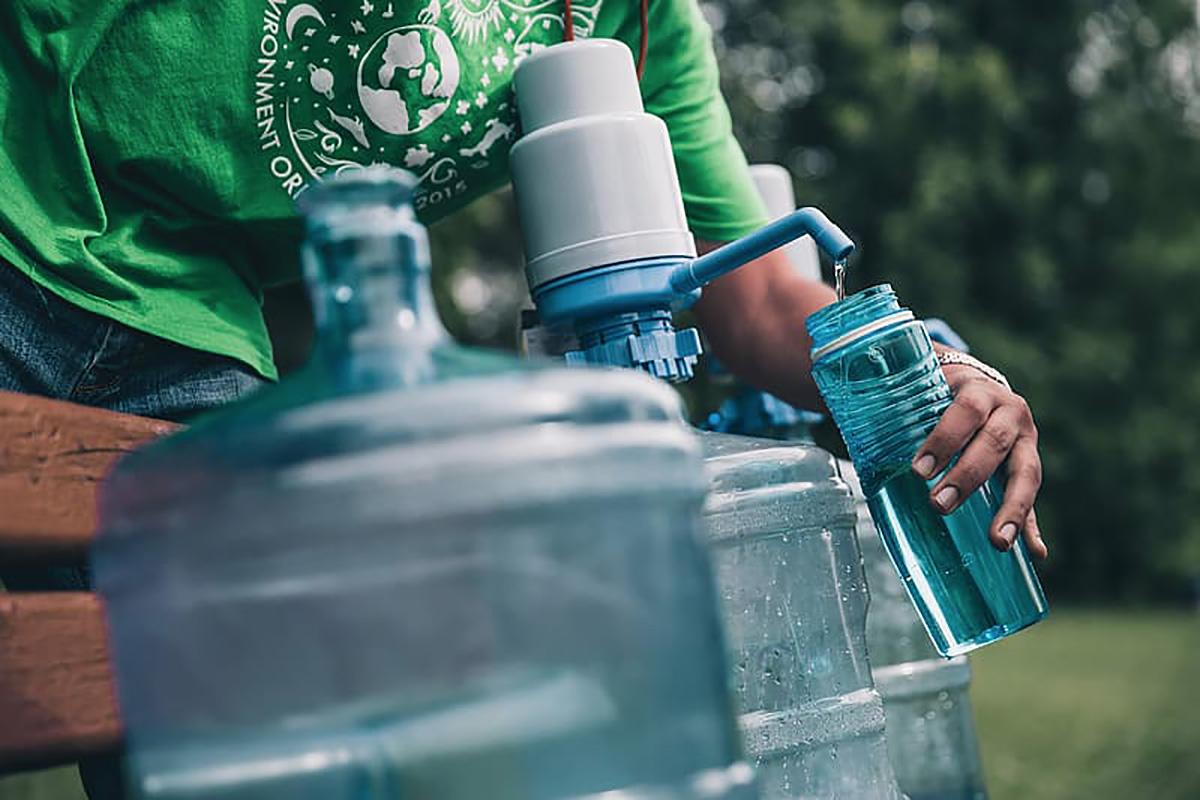 Una borraccia viene pulita tramite un getto d'acqua