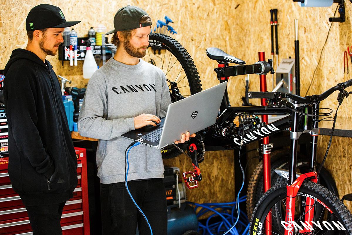Gli atleti del team di Canyon collaborano per la realizzazione della mountain bike Sender CFR 2021