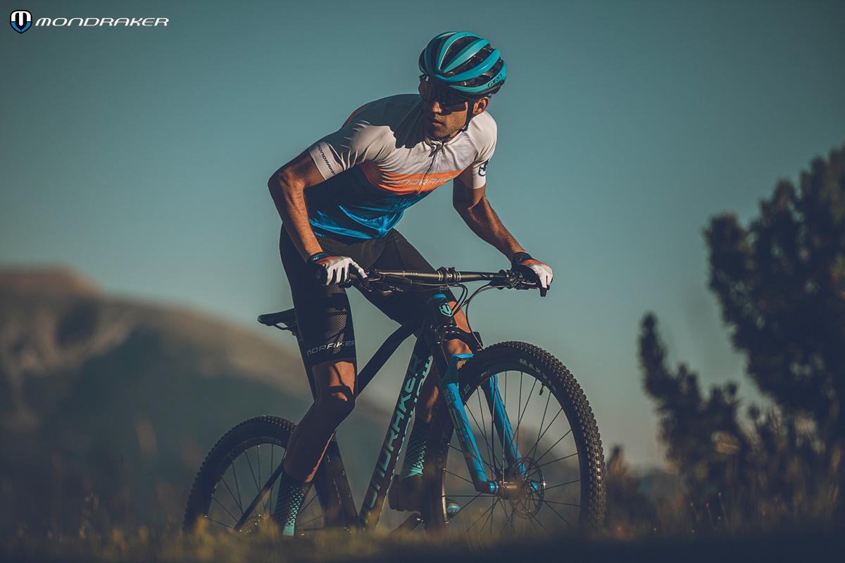Un uomo in sella alla nuova mountainbike Mondraker Podium 2021