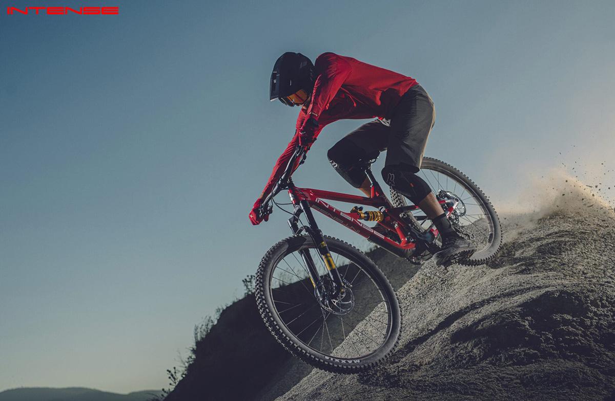 Un uomo in sella alla nuova mountainbike Intense Primer 2021