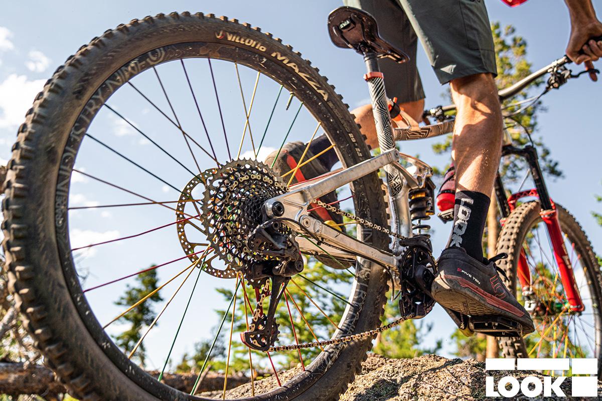 Un uomo in sella ad una mtb che monta i nuovi pedali flat Look Trail Roc