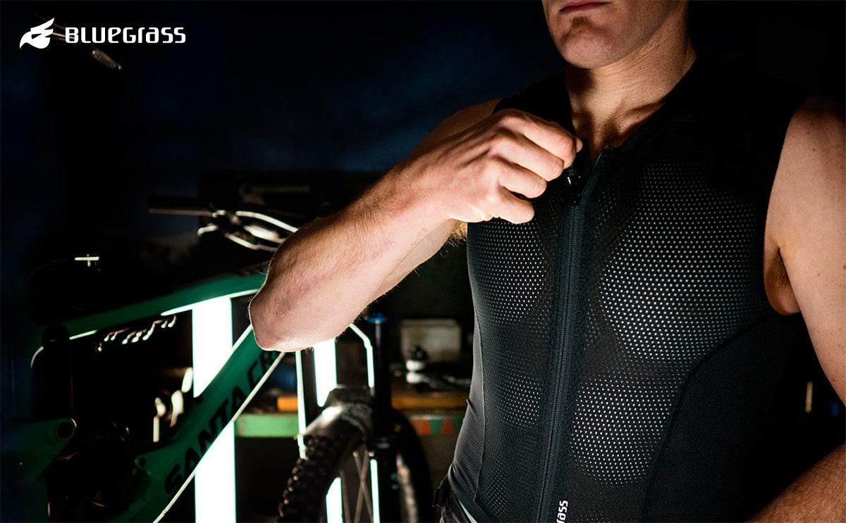 Un modello indossa la nuova maglia per mtb e ciclismo Bluegrass Armour Lite 2021