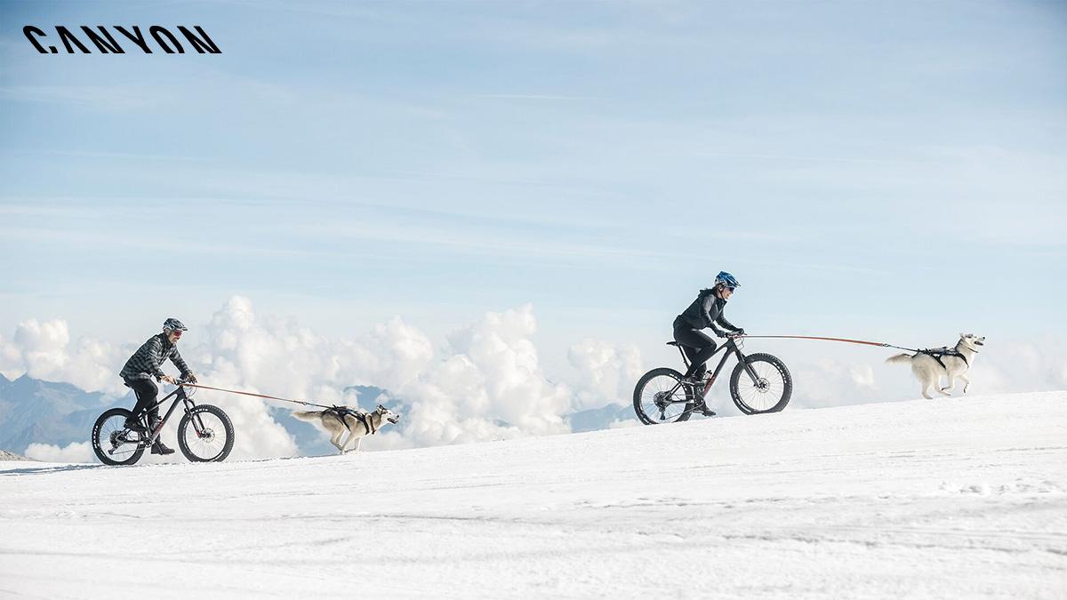 Due Canyon Dude che vengono pedalate sulla neve