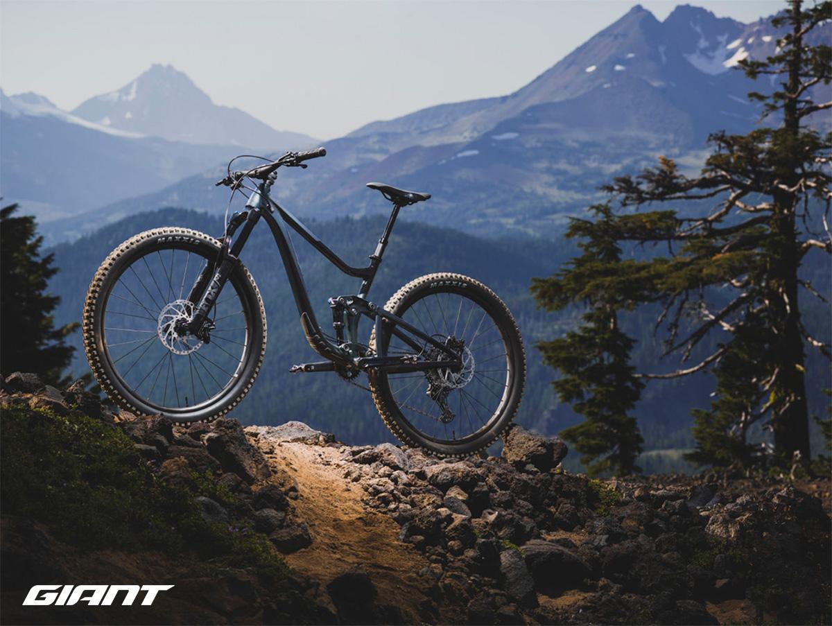 Una mtb Giant Trance X 29 2021 in mezzo alle montagne