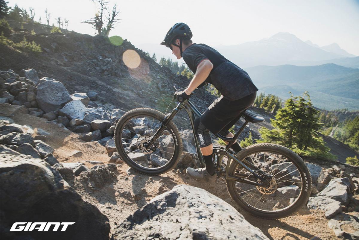 Un uomo pedala una nuova mtb Giant Trance X 29 2021