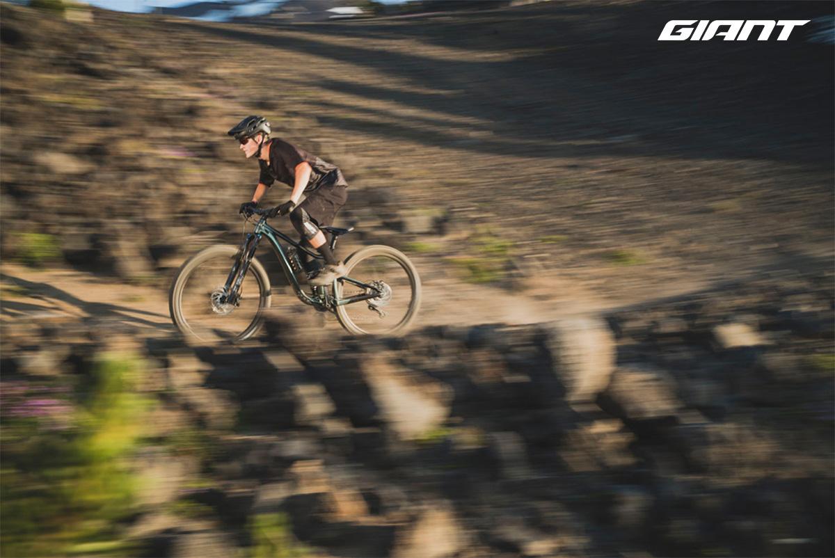 Un atleta pedala sulla nuova mtb Giant Trance X 29 2021