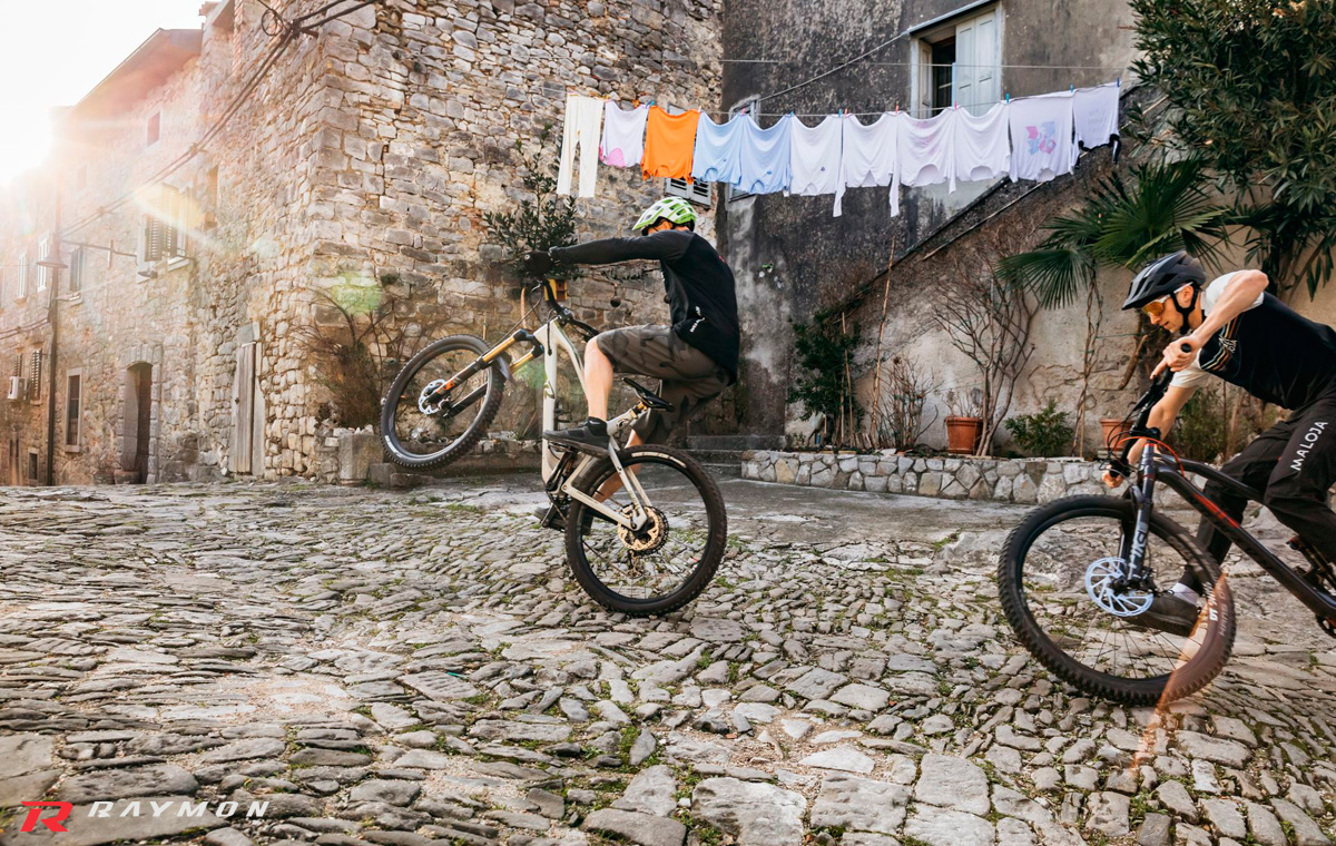 Due rider mtb in sella a biciclette R Raymon dal catalogo 2021