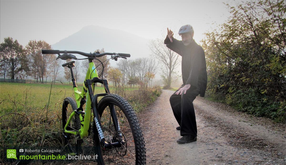 Roberto Calcagnili in abiti da arti marziali con la sua mountain bike