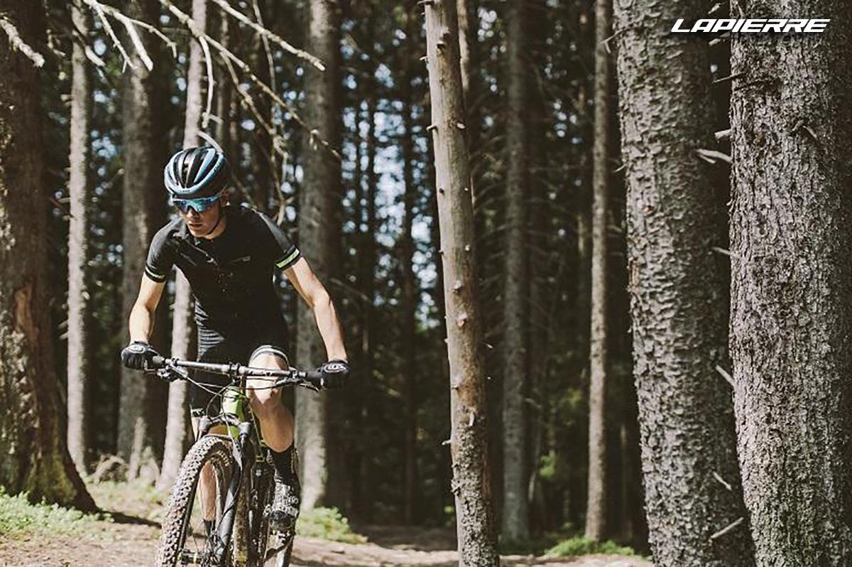 Un rider pedala in sella ad una nuova mtb Lapierre 2021