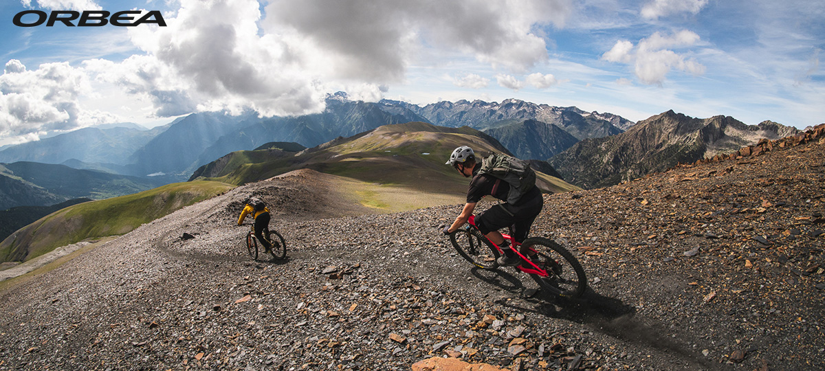 Du rider scendono una discesa sterrata in sella a delle mountain bike Orbea 2021