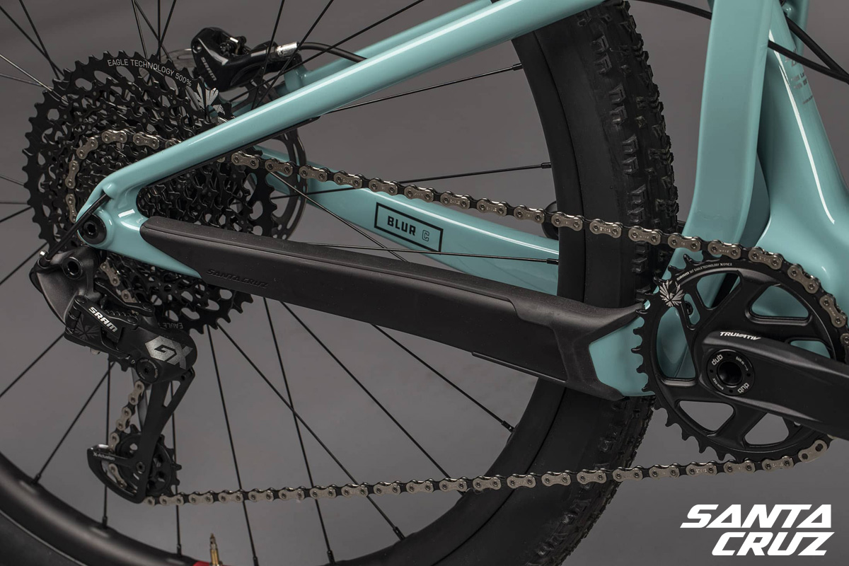 Dettaglio del carro posteriore delle mountain bike full suspension della linea Blur 3 2021 di Santa Cruz