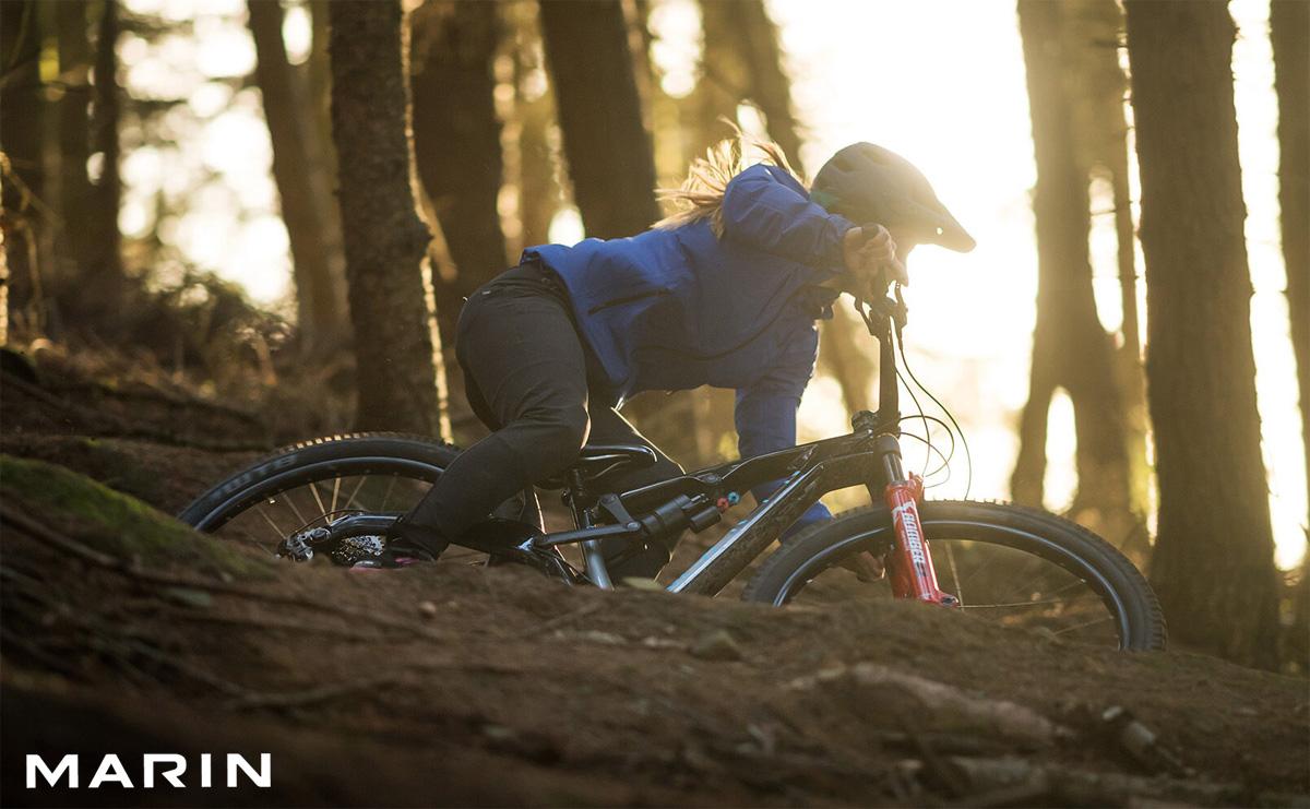Rider donna in discesa in sella a una bicicletta Marin Mount Vision 8 S 2021