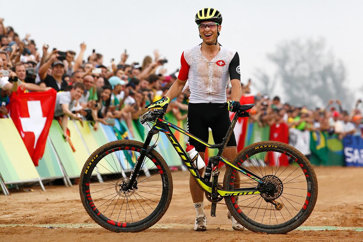 Il campione di mountain bike Nino Schurter posa insieme alla sua Scott