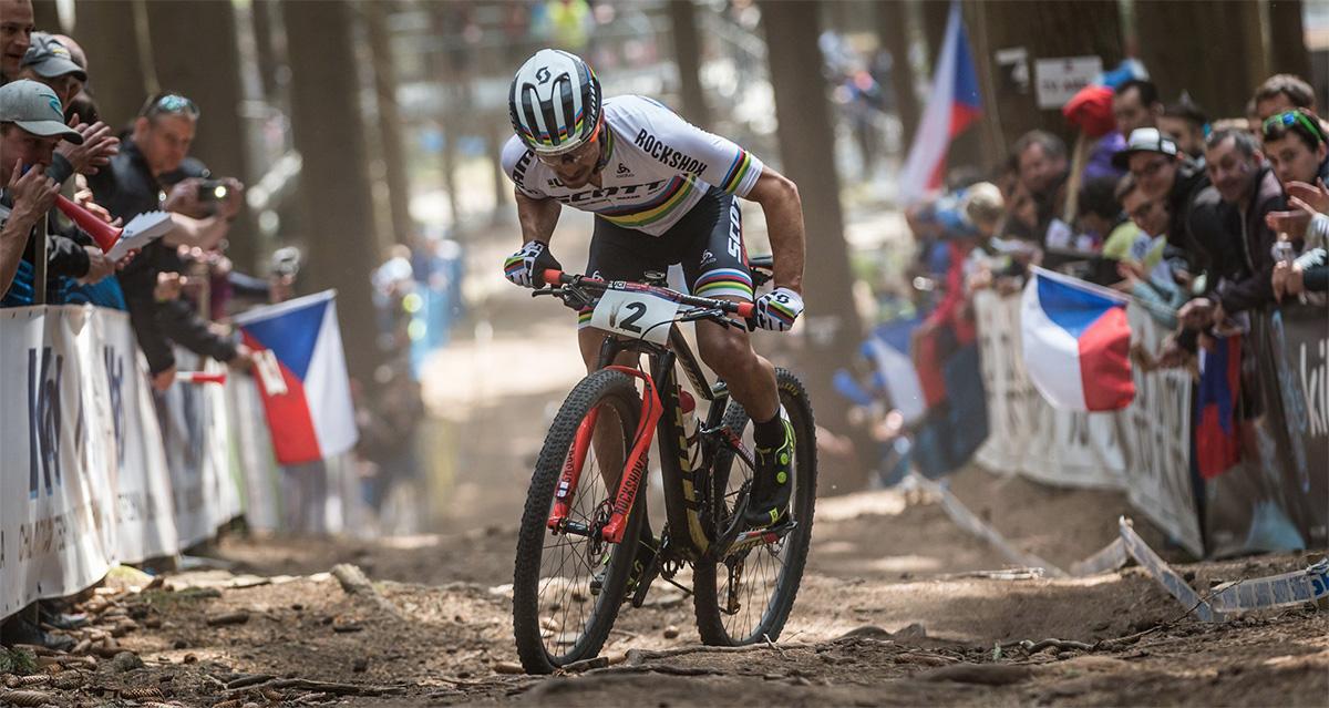 Nino Schurter durante una salita del percorso UCI 2020