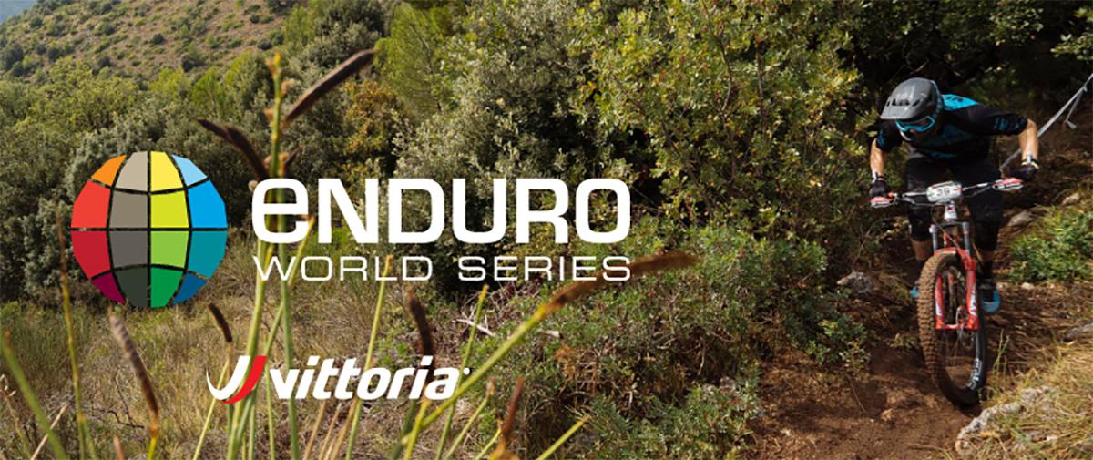 Un rider percorre con la mtb un percorso nel bosco durante una gara dell'Enduro World Series