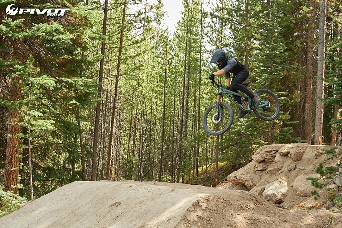 Un rider compie un salto in sella ad una nuova mountain bike Pivot Mach 6 2021