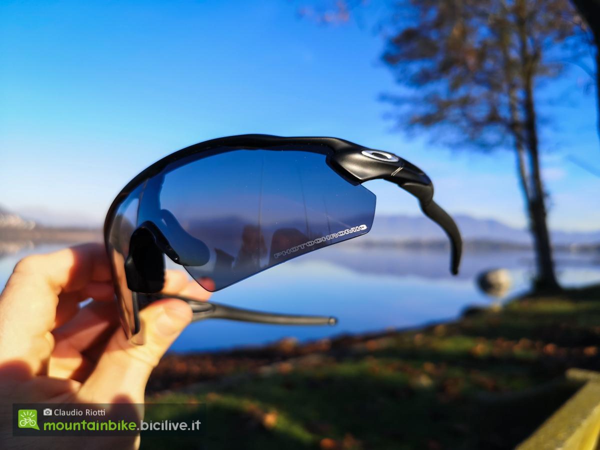 Foto della lente fotocromatica degli occhiali Oakly radar EV Pitch