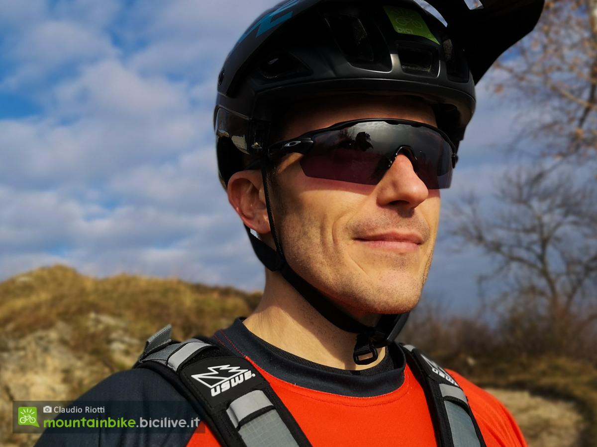 Foto degli occhiali Oakley EV pitch con lente scurita dal sole