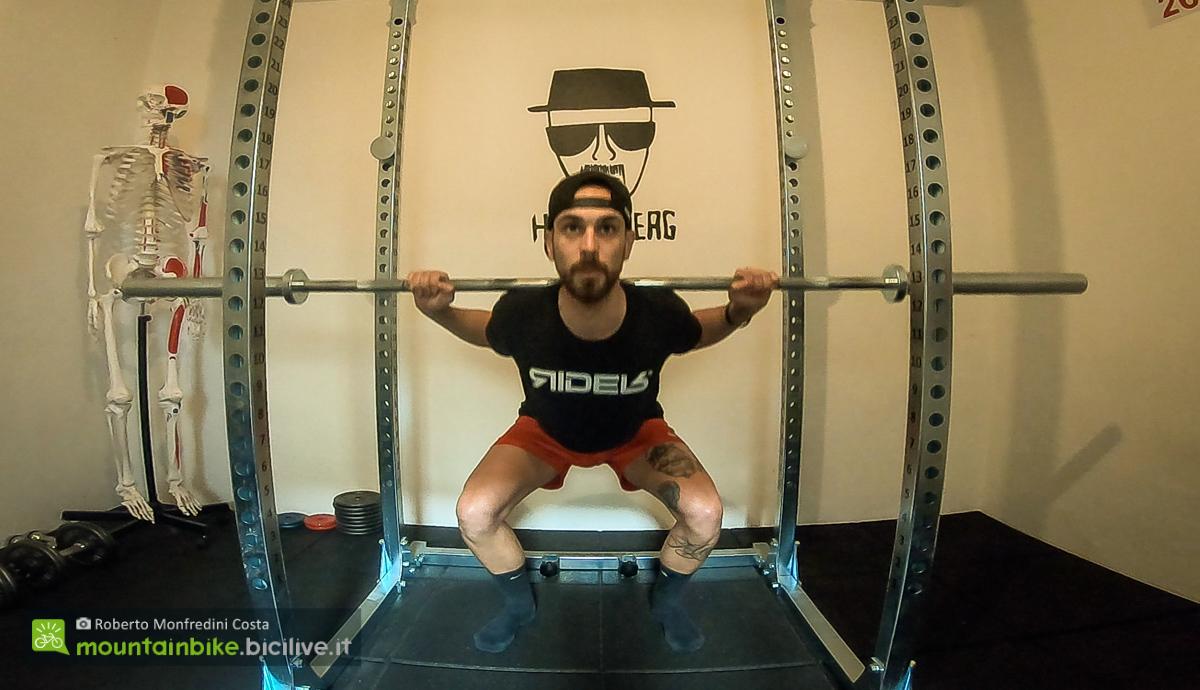 Foto di uno squat pulse visto da davanti