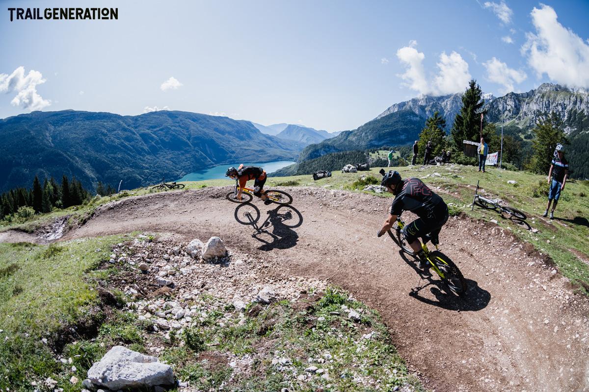 Due rider MTB percorrono una pista battura creata da Trail Generation