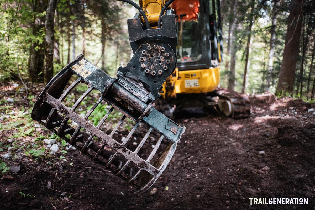 Un mezzo in dotazione a Trail Generation per la creazione di piste MTB