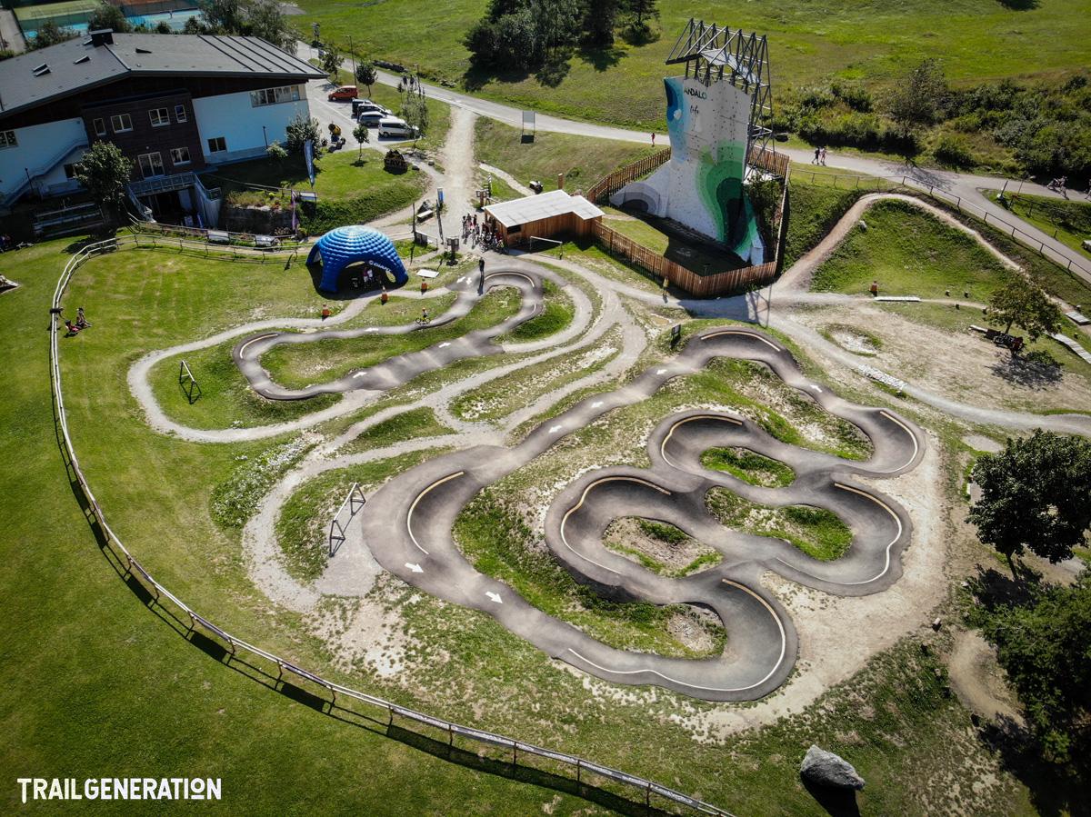 Una pump track creata da Trail Generation vista dall'alto