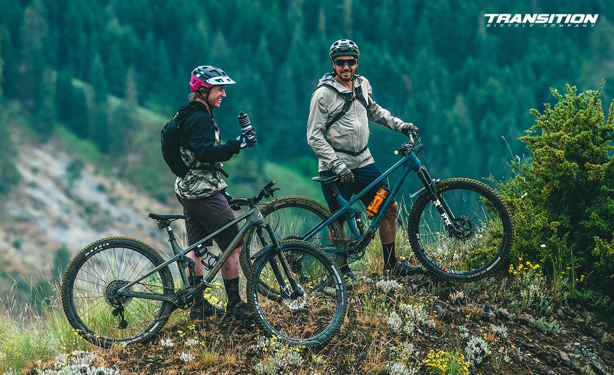 Due uomini in montagna con delle nuove mtb Transition 2021