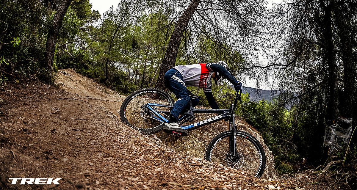 Un rider scende per un tracciato in sella ad una nuova mtb Trek 2021