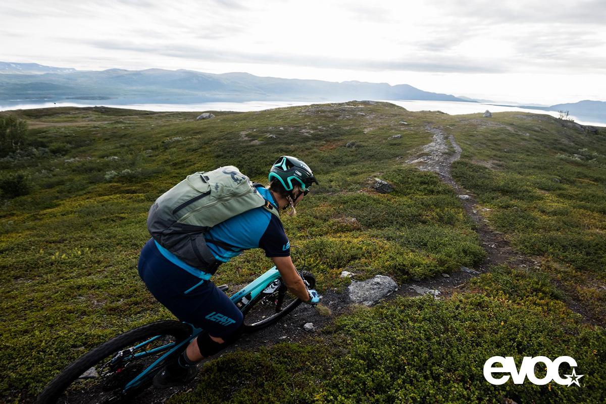 Un rider pedala in montagna indossando il nuovo zaino per bici Evoc Trail Pro 2021
