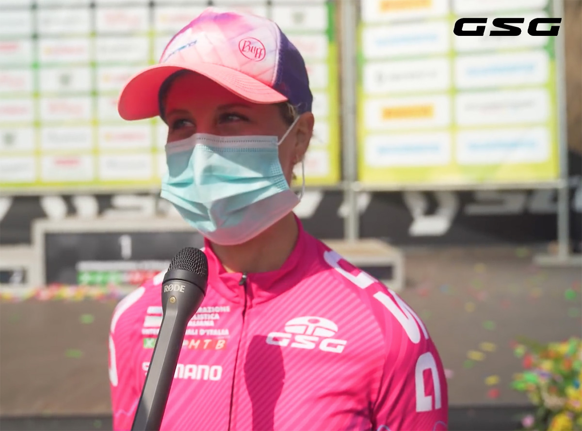 Una ciclista dell'Internazionale D'Italia Series 2021 fa un'intervista con indosso la maglia GSG fucsia