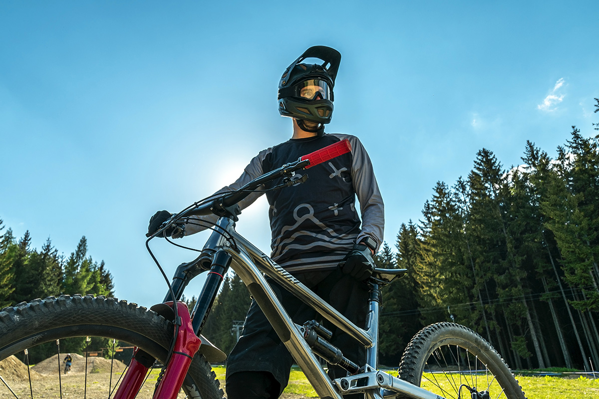 Un rider in sella alla propria mountainbike