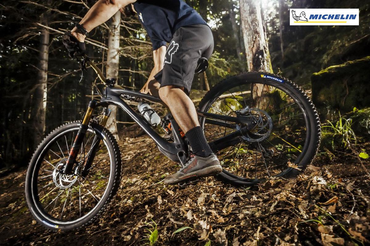Un rider pedala sulla mountainbike che monta i nuovi pneumatici Michelin Am2 Competition Line