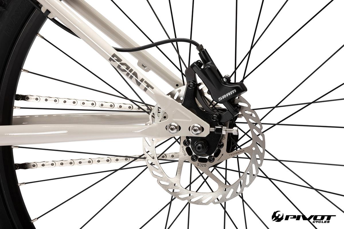 Dettaglio del freno a disco posteriore della nuova bici da dire jump Pivot Point 2022