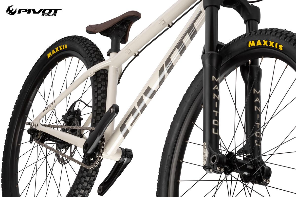 Dettaglio dei copertoni Maxxis montati sulla nuova bici da dire jump Pivot Cycles Point 2022