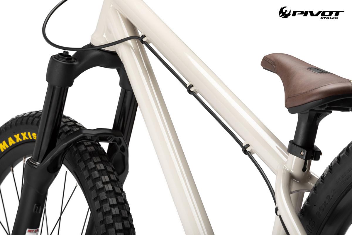 Il telaio in acciaio della nuova bici da dire jump Pivot Cycles Point 2022