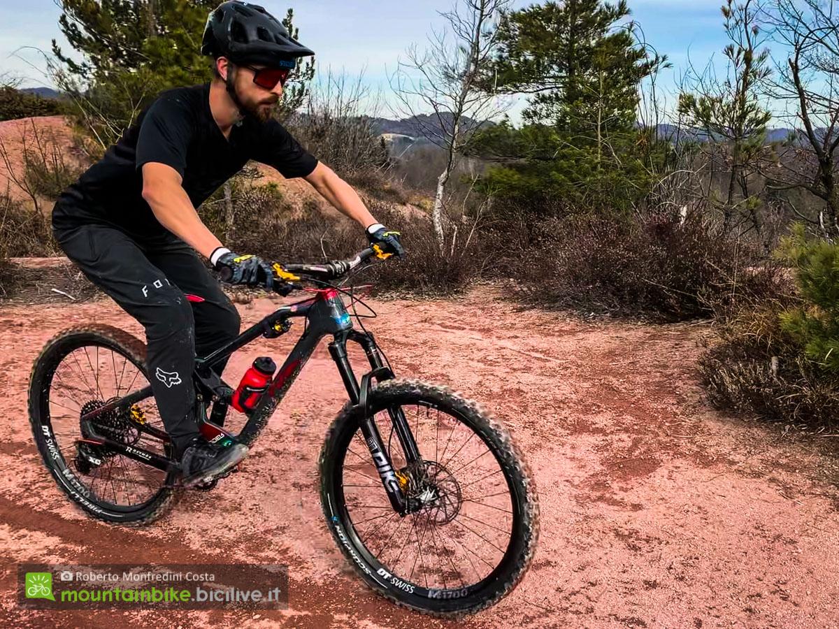 Foto di un ciclista su una MTB