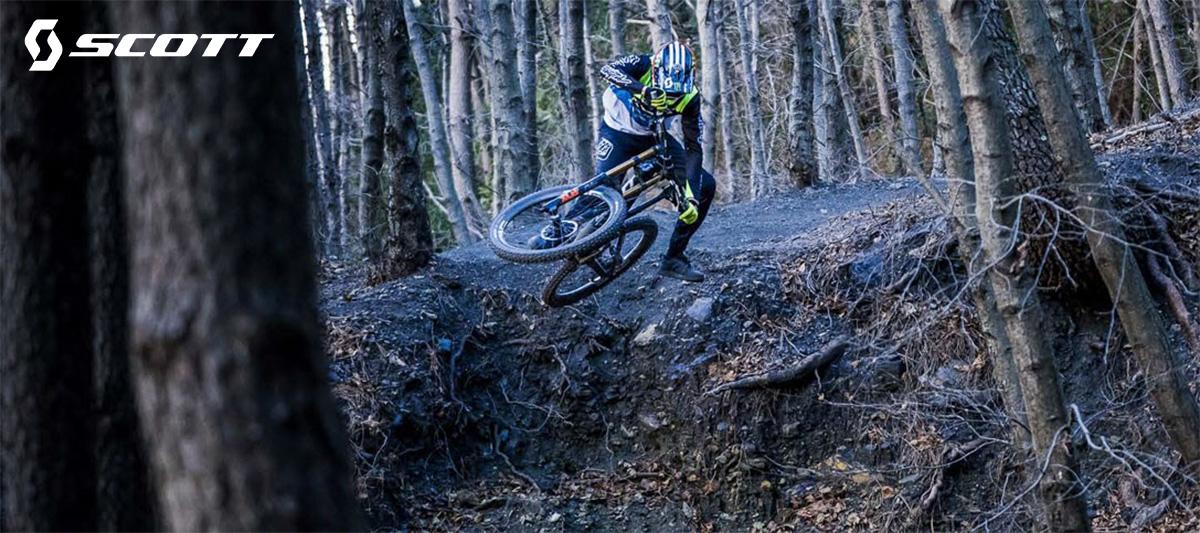 Un rider in sella alla nuova mtb Scott Gambler 920 2021