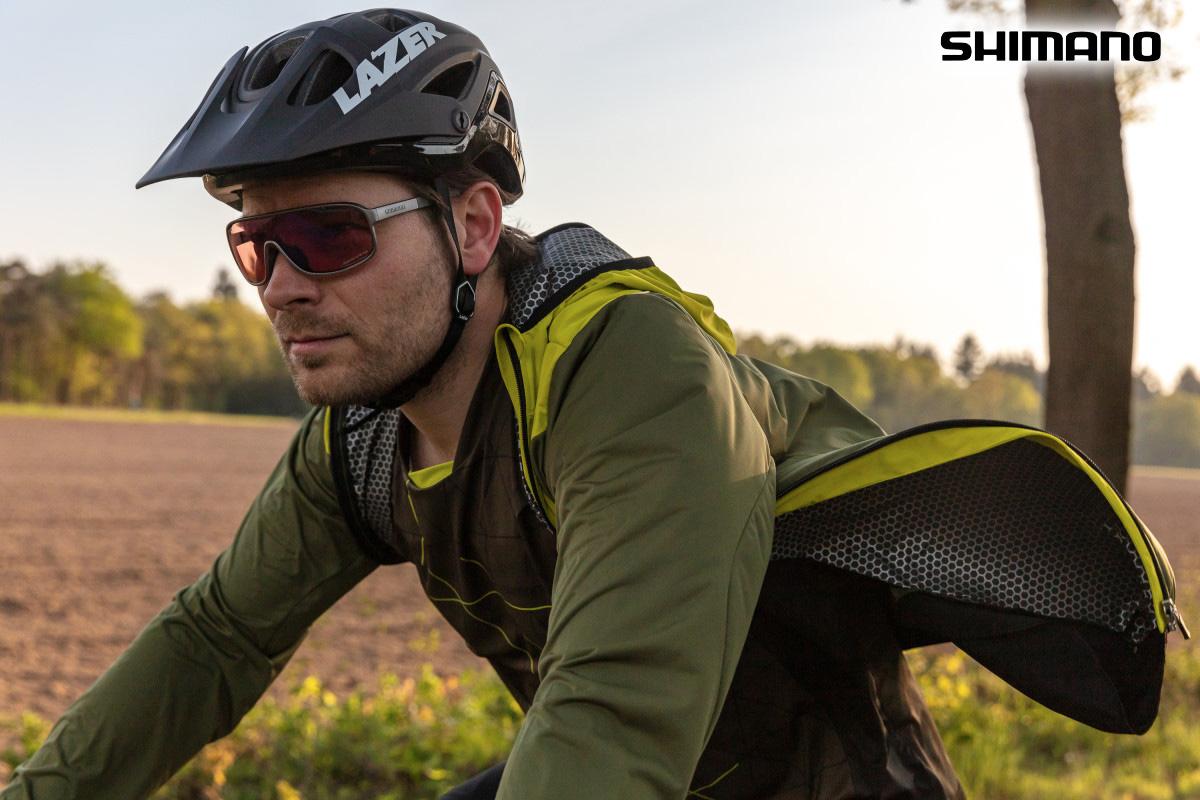 Un ragazzo pedala con la giacca Shimano Nagano aperta