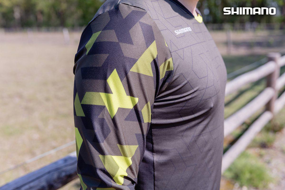 Dettaglio del logo del brand su una maglia della linea Shimano Explorer indossata da un ragazzo