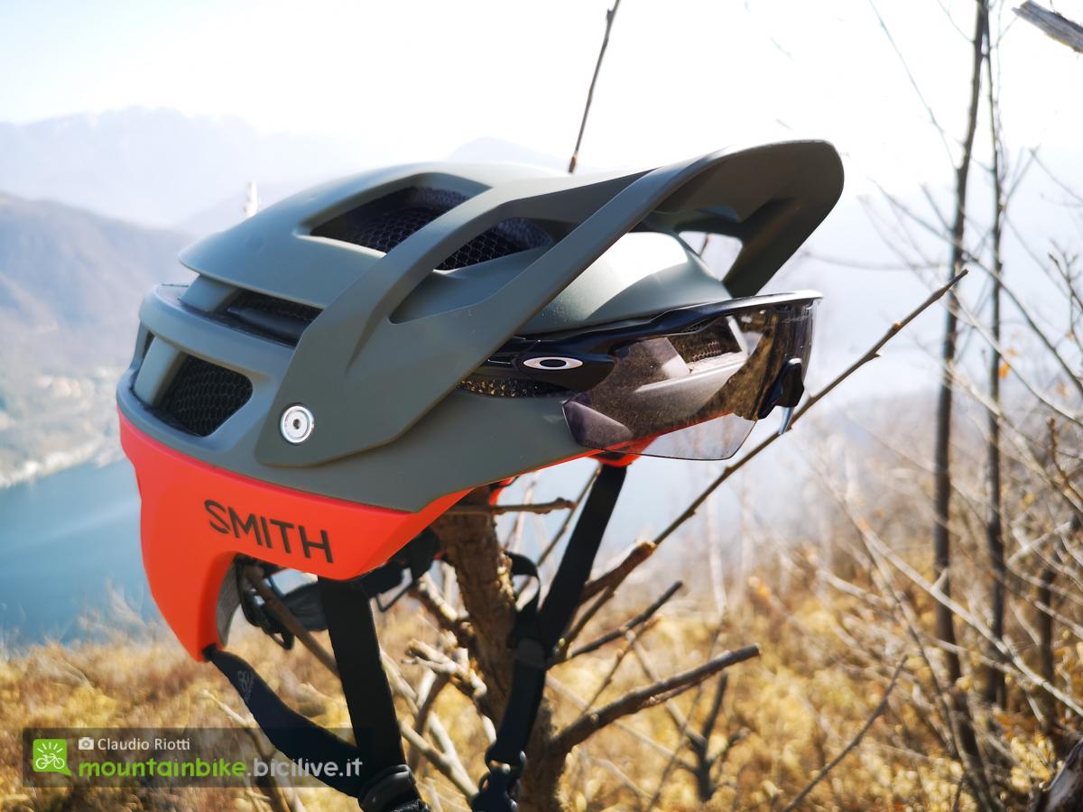 Il nuovo casco per bici mountainbike Smith Forefront 2 con inseriti degli occhiali appoggiato ad un ramo