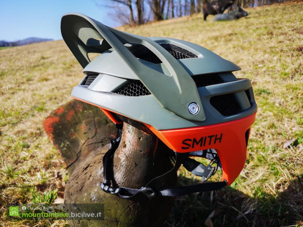 Il nuovo casco per mountainbike Smith Forefront 2 con visiera regolabile appoggiato ad un tronco