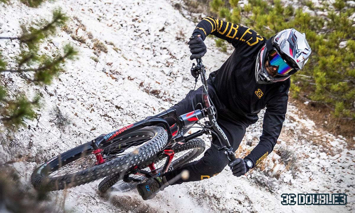 Un rider pedala sulla mtb indossando l'abbigliamento tecnico Double3