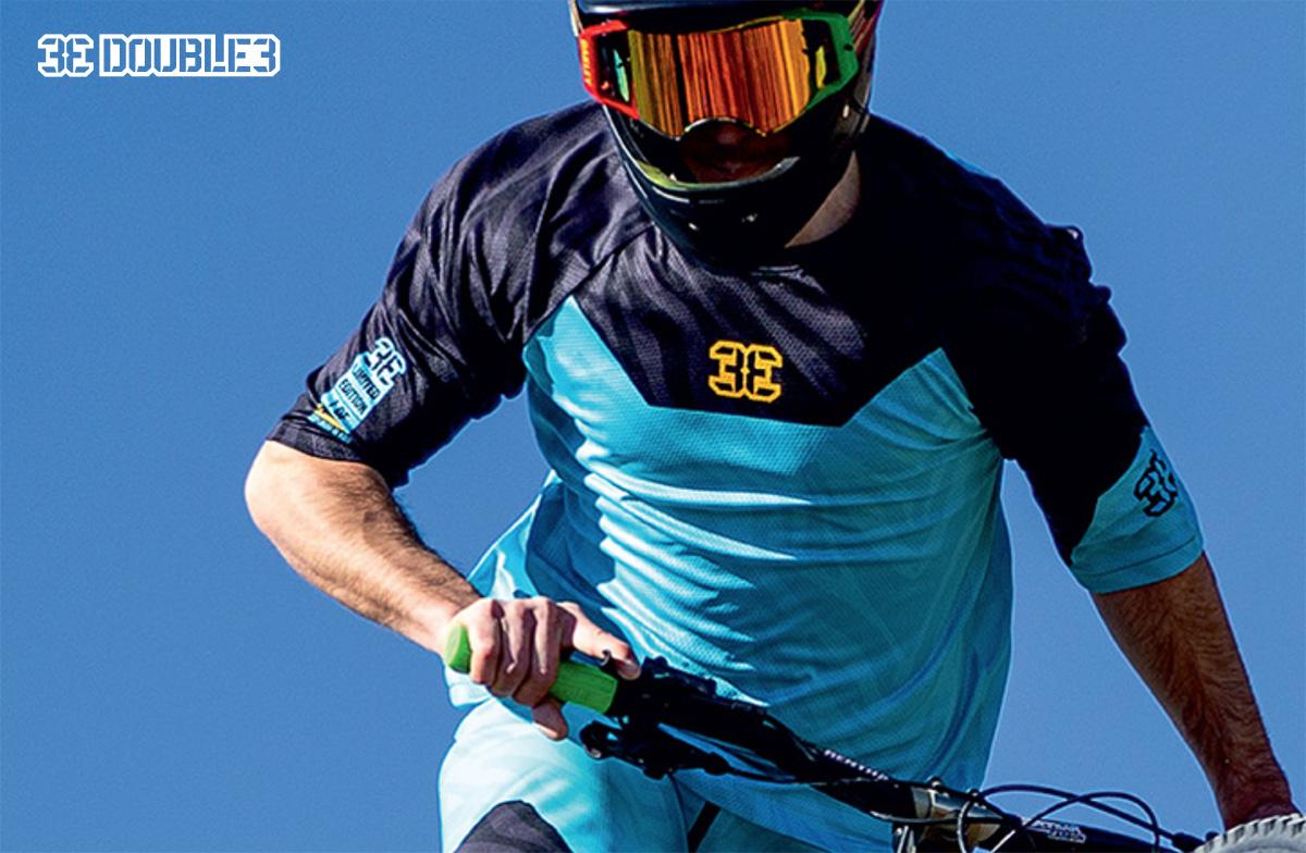 Un rider pedala sulla mtb indossando una maglia tecnica Double3