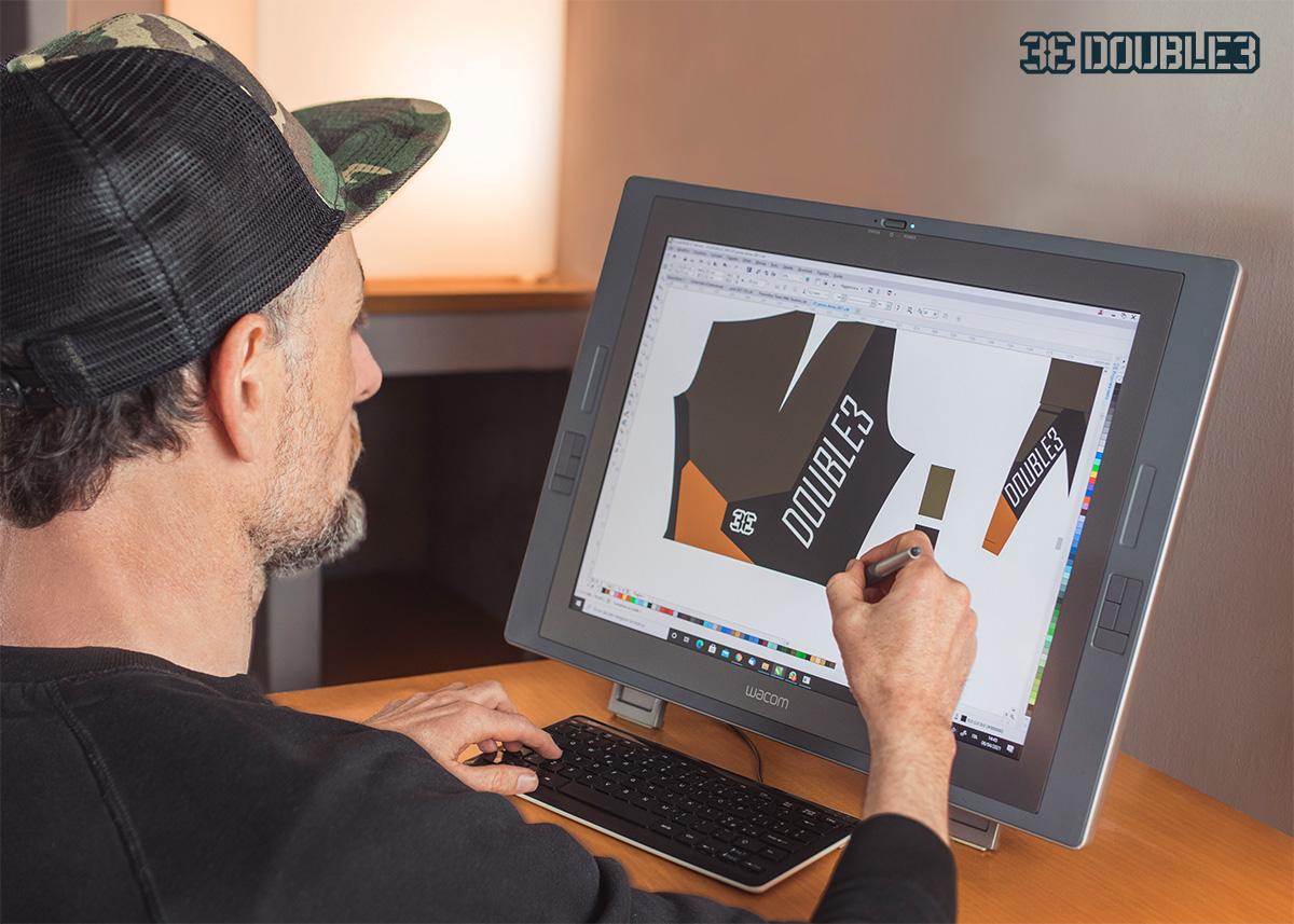 Giacomo Serapiglia intento a progettare la nuova collezione di abbigliamento tecnico per mountainbike di Double3