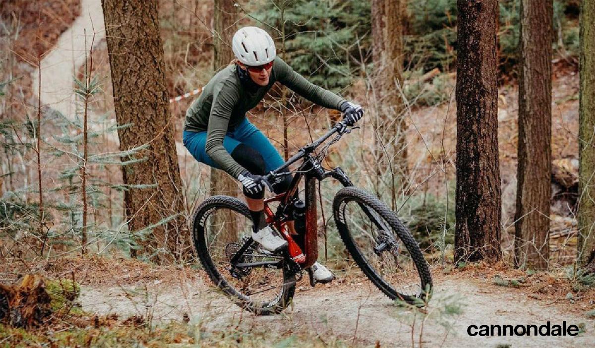 Un rider affronta una curva sterrata con una mountainbike Cannondale