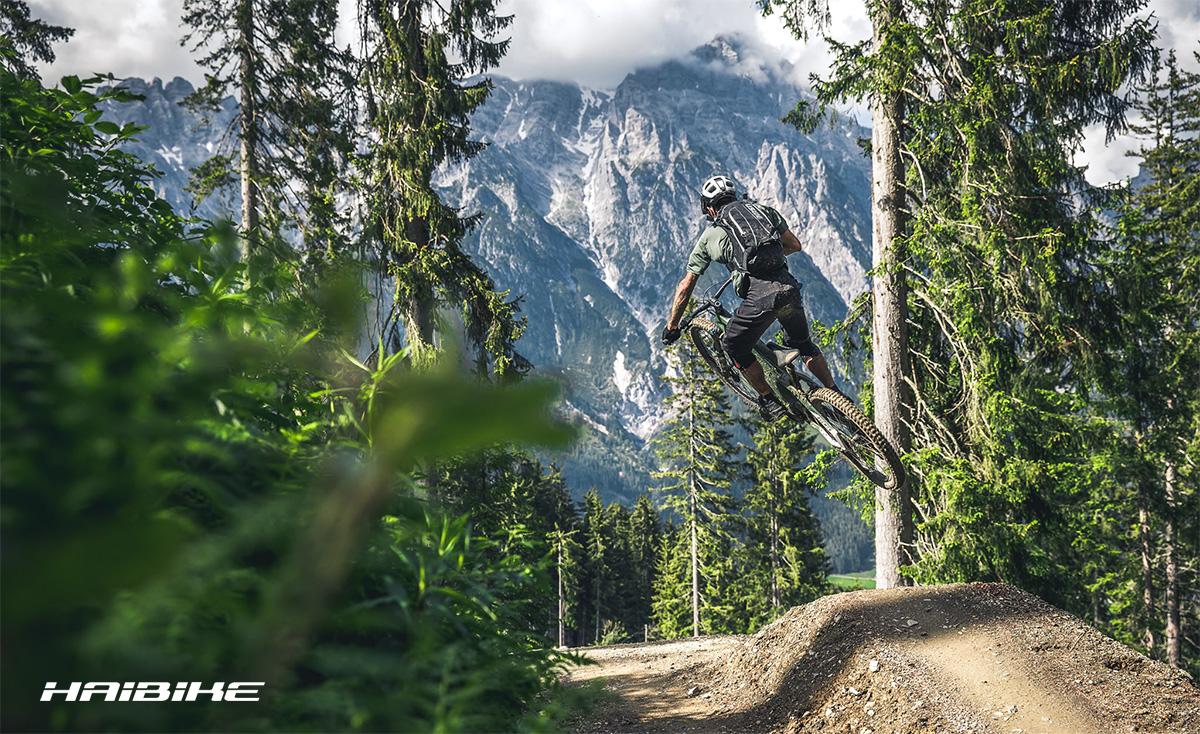 Un rider salta una rampa con una mountainbike biammortizzata Haibike